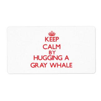 Guarde la calma abrazando una ballena gris etiqueta de envío