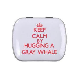 Guarde la calma abrazando una ballena gris jarrones de dulces