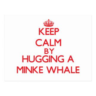 Guarde la calma abrazando una ballena pequeña tarjetas postales