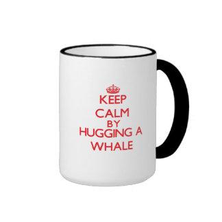 Guarde la calma abrazando una ballena tazas