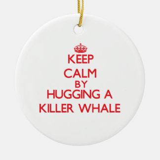 Guarde la calma abrazando una orca ornamento para arbol de navidad