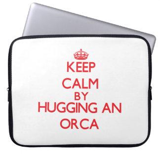 Guarde la calma abrazando una orca fundas ordendadores