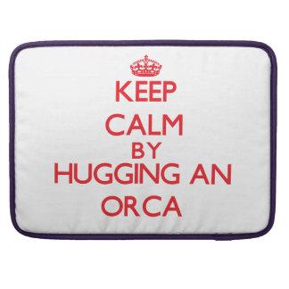 Guarde la calma abrazando una orca fundas para macbooks