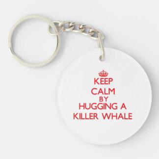 Guarde la calma abrazando una orca llavero redondo acrílico a una cara