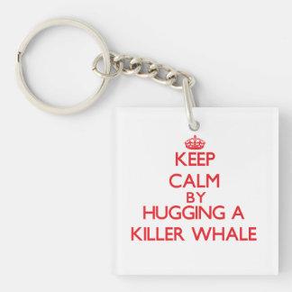 Guarde la calma abrazando una orca llavero cuadrado acrílico a una cara