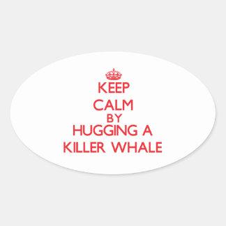 Guarde la calma abrazando una orca pegatina ovalada