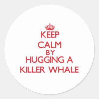 Guarde la calma abrazando una orca pegatina redonda