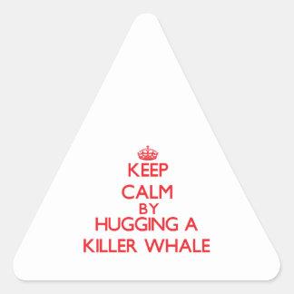 Guarde la calma abrazando una orca pegatina triangular