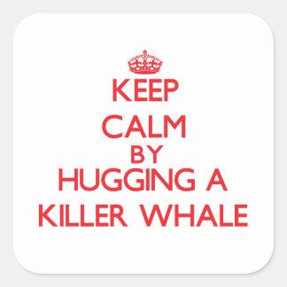 Guarde la calma abrazando una orca pegatina cuadrada