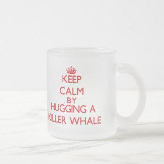 Guarde la calma abrazando una orca taza