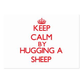 Guarde la calma abrazando una oveja tarjetas de visita grandes