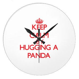Guarde la calma abrazando una panda reloj redondo grande