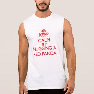 Guarde la calma abrazando una panda roja remeras sin mangas