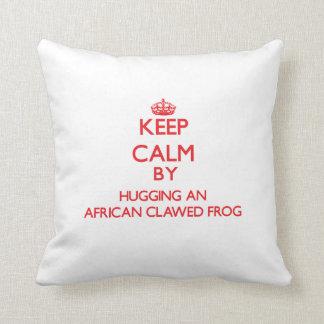 Guarde la calma abrazando una rana agarrada africa cojines