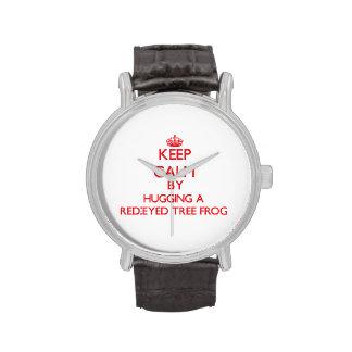 Guarde la calma abrazando una rana arbórea reloj de mano