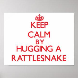 Guarde la calma abrazando una serpiente de cascabe posters