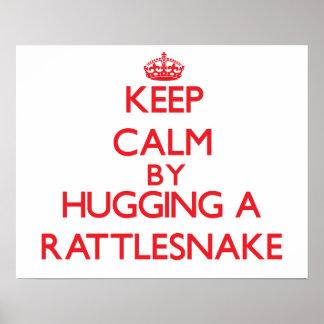 Guarde la calma abrazando una serpiente de cascabe poster