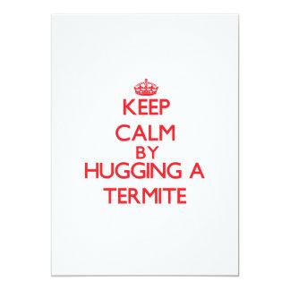 Guarde la calma abrazando una termita invitación 12,7 x 17,8 cm