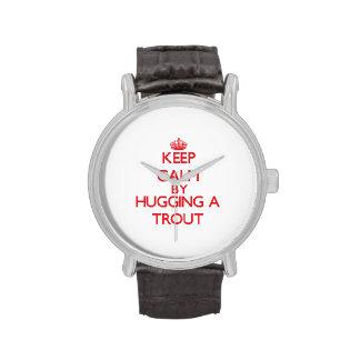 Guarde la calma abrazando una trucha reloj de mano