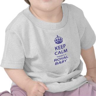 Guarde la calma allí es un bebé real camisetas
