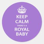 Guarde la calma allí es un bebé real pegatina redonda