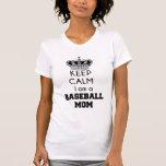 Guarde la calma, camiseta de la mamá del béisbol
