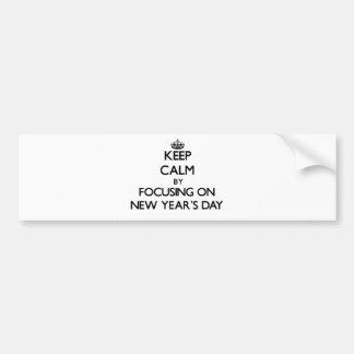 Guarde la calma centrándose el el día de Años Nuev Pegatina De Parachoque