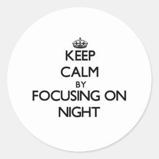 Guarde la calma centrándose el noche