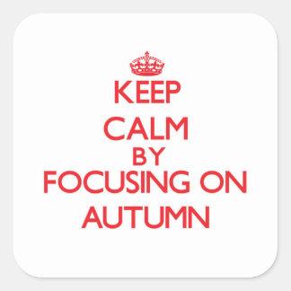 Guarde la calma centrándose el otoño pegatina cuadrada