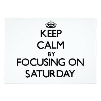Guarde la calma centrándose el sábado invitación 12,7 x 17,8 cm