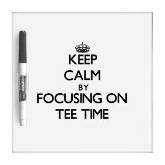 Guarde la calma centrándose el tiempo de la camise tableros blancos