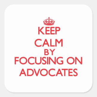 Guarde la calma centrándose en abogados calcomanía cuadrada personalizada