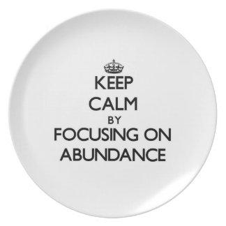 Guarde la calma centrándose en abundancia platos