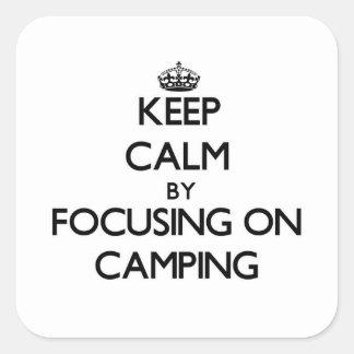 Guarde la calma centrándose en acampar pegatina cuadrada