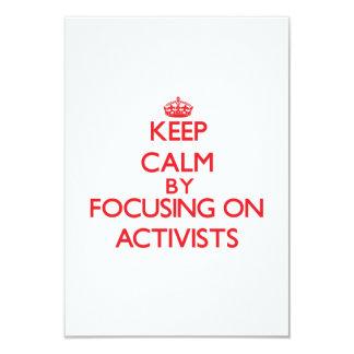 """Guarde la calma centrándose en activistas invitación 3.5"""" x 5"""""""
