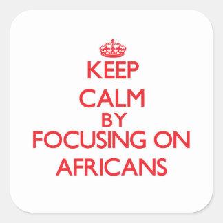 Guarde la calma centrándose en africanos pegatina cuadrada