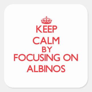 Guarde la calma centrándose en albinos calcomanía cuadrada