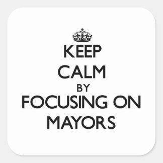 Guarde la calma centrándose en alcaldes calcomanias cuadradas