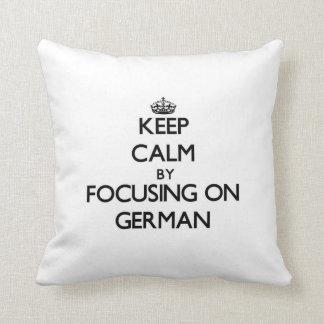 Guarde la calma centrándose en alemán cojines