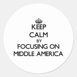 Guarde la calma centrándose en América media Pegatinas Redondas