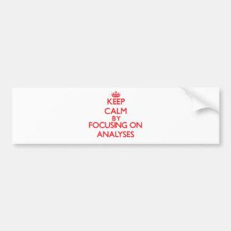 Guarde la calma centrándose en análisis etiqueta de parachoque