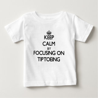Guarde la calma centrándose en andar de puntillas tee shirts