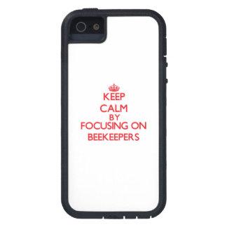 Guarde la calma centrándose en apicultores iPhone 5 Case-Mate carcasas