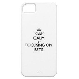 Guarde la calma centrándose en apuestas iPhone 5 Case-Mate fundas