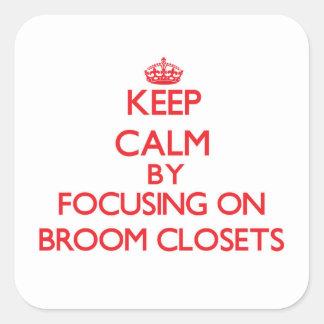 Guarde la calma centrándose en armarios de escoba calcomania cuadradas
