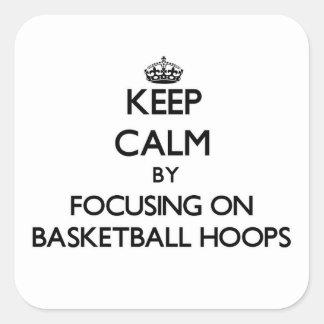 Guarde la calma centrándose en aros de baloncesto pegatina cuadrada