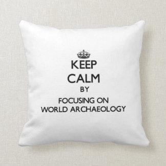 Guarde la calma centrándose en arqueología del cojin