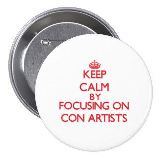 Guarde la calma centrándose en artistas de estafa pin