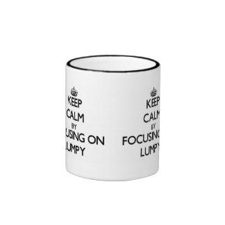 Guarde la calma centrándose en aterronado taza a dos colores