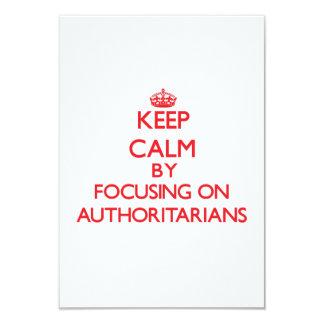 Guarde la calma centrándose en Authoritarians Invitación 8,9 X 12,7 Cm